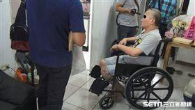 花男先前利用左腿石膏藏毒被識破,這次又故技重施,警方不信他一條腿斷2年多沒好,果然在天花板搜出毒品,全案訊後依毒品案送辦(翻攝畫面)