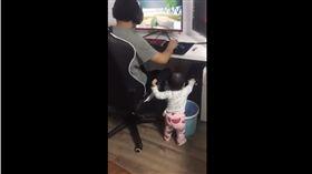 堪稱地表最強小三就非家中的女兒莫屬了!日前,有名網友在臉書社團「爆笑公社」上傳一段影片,小女孩誤觸關機鍵,正在打電動的爸爸僅轉過頭,摸了摸寶貝女兒的溫馨互動。(圖/翻攝自YouTube爆料公社5.0)