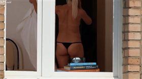 ▲偷拍裸女更衣(圖/翻攝自LiveLeak)