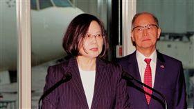 出訪非洲 蔡總統:走出台灣爭取國際空間總統蔡英文(左)17日上午出訪友邦史瓦濟蘭,兩國元首將舉行雙邊會談並簽署聯合公報。總統表示,台灣是世界的台灣,只有走出去才有更大的空間。右為國安會秘書長李大維。中央社記者吳睿騏桃園機場攝 107年4月17日