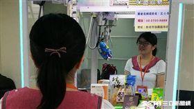 台北市衛生局表示,夾娃娃機要標台主資訊、陳列食品、化妝品應完整標示,今年8月1日後查獲違規者可開罰3萬元。(圖/記者楊晴雯攝)