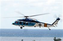 空軍S-70C海鷗救護直升機實施吊掛救護操演。(記者邱榮吉/台東拍攝)