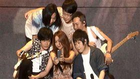 五月天「人生無限公司」巡演,跟陳綺貞在台上自拍。(相信音樂提供)