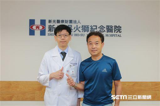 57歲的周先生(右)接受攝護腺動脈栓塞手術治療攝護腺肥大,終於擺脫頻尿、急尿、夜尿甚至尿不出來的困擾。(圖/新光醫院提供)
