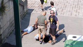 ▲法國臥底便衣迅速逮捕扒手。(圖/翻攝自YouTube)