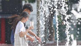 全台午後飆高溫 全台晴朗炎熱,中央氣象局觀測,30日下午2時在宜蘭土場觀測站測到攝氏39.9度高溫;新北市屈尺下午1時50分氣溫也達37.3度。在台北市國家兩廳院外的水舞廣場上,午後水柱濺起清涼水花,讓路過民眾感受些許涼爽氣息。中央社記者徐肇昌攝 107年7月30日