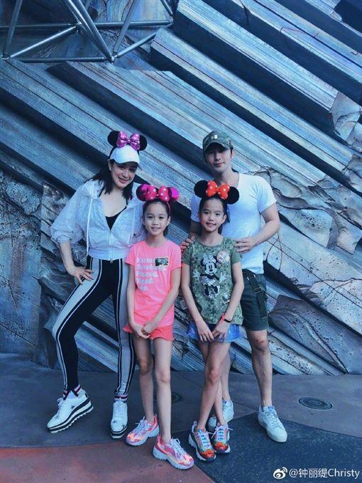 鍾麗緹日前跟老公張倫碩帶著2個女兒去迪士尼樂園遊玩。(翻攝微博)