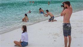 海邊幫女友拍「打卡網美照」 一轉頭…全是「IG男友」/《REDDIT》論壇