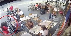 少女巴黎街頭被性騷 勇敢制止竟遭毆打(圖/翻攝自YouTube)