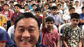 立委參訪土耳其 台助敘利亞難民學校曝光民進黨立委王定宇探視台灣在土耳其的「敘利亞難民學校」情況,與孩子們開心自拍。(取自王定宇臉書)中央社記者劉冠廷傳真 107年7月28日