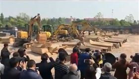 中國改革殯葬搶政績 竟毀墓碎棺讓穴沒用(圖/翻攝自網易視頻)