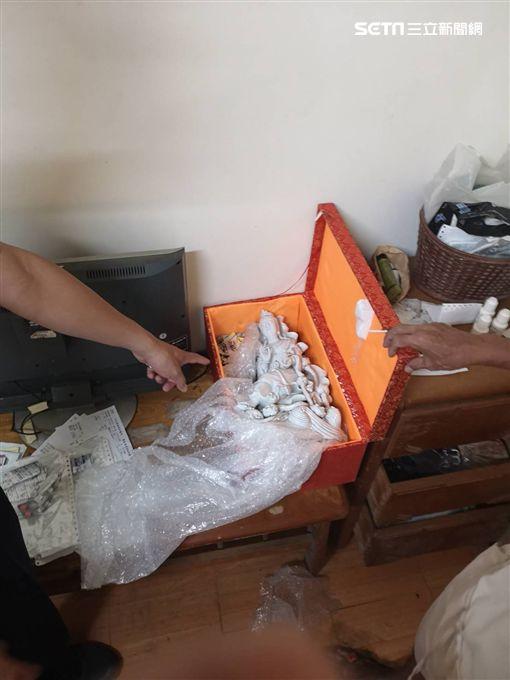 高雄一名郭姓古董商人帶了一尊明末清初的「白釉觀音」參加香港拍賣會,他擔心藝術品放飯店會失竊,於是放在車內,沒想到退房時驚見車內的藝術品不見。警方獲報後,透過監視器循線調查,短短2小時成功逮到竊賊。(圖/翻攝畫面)