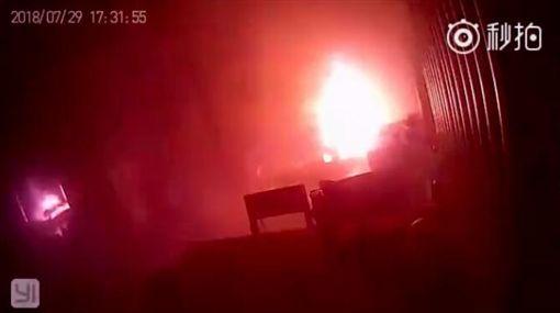 大陸,電動滑板車,充電,冒煙,爆炸(圖/翻攝自IT之家)
