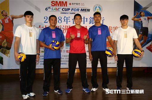 中華男排隊員穿著應援T恤亮相。(圖/記者劉忠杰攝影)