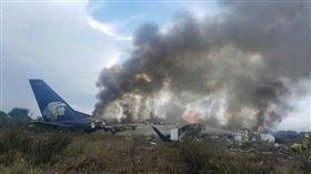 墨西哥驚傳班機墜毀!機上載有近百人 約80多人受傷 圖/翻攝自推特