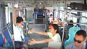 大媽指示5歲兒公車上做「單槓訓練」,還嗆司機「關你屁事」。(圖/翻攝新京報網)