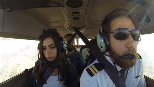 飛機故障女友崩潰念「急救卡」 機師掏鑽戒求婚瞬間淚崩