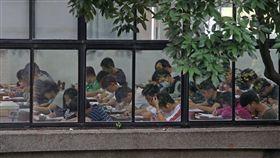 指考首日考物理化學生物1日是指考首日,第一天考物理、化學、生物,物理科有2萬1097人選考,學生在教室內專注答題。中央社記者吳家昇攝 107年7月1日