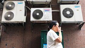 天氣熱  用電量增(1)受極端氣候影響,氣溫頻頻飆高,加上經濟復甦,帶動用電量成長,才5月用電量已罕見地創歷史新高。正午時間不少民眾打開冷氣降溫。中央社記者吳家昇攝 107年5月31日