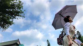 全台天氣悶熱全台20日天氣晴朗悶熱,中央氣象局預測,20到22日都是悶熱的天氣,23日鋒面報到,中部以北及東半部將有短暫陣雨或雷雨,並可能出現局部大雨。中央社記者王飛華攝 107年5月20日