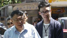 柯文哲(左)的網路社群媒體經營主要由柯昱安(右)操盤。(圖/郭晉瑋攝影/新新聞)(勿用)