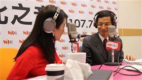 行政院政務委員林萬億2日接受「蔻蔻早餐」廣播專訪。(圖/Hit Fm《蔻蔻早餐》製作單位提供)