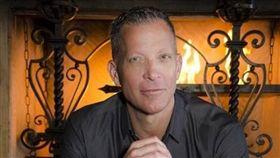 美國同性夜店老闆遭歧視,怒罵阿拉斯加航空。(圖/翻攝自David Cooley臉書)