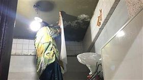 樓上廁所漏水!房東為省錢出奇招 竟要他們「撐傘進浴室」