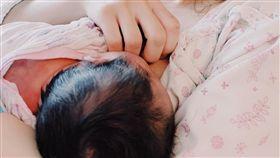 打破坐月子2禁忌! 分手妹哺乳到一半「子宮收縮」:爆炸痛(圖/翻攝自陳佩佩臉書)