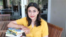 女作家卡恩(Shubnum Khan)免費照片拍照版權(圖/翻攝自Afoma Umesi推特)