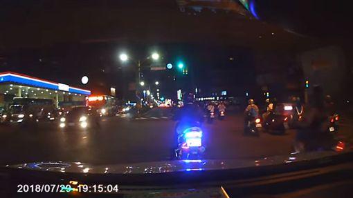 駕駛遭騎士惡意逼車報警,對方嚇到大哭求饒。(圖/翻攝爆料公社)