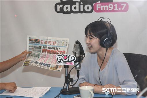 柯文哲幕僚黃瀞瑩接受廣播專訪。 (圖/記者林敬旻攝)