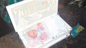 宏都拉斯一名女子羅莎(Rosa Castellanos Diaz)假裝懷孕欺騙家人與男友,還誆稱小孩產下時死亡,並將小孩屍體放進棺材密封,不准家人看小孩最後一面。後來羅莎的家人認為事情不單純,偷偷將棺材打開,才發現裡面竟是一隻「洋娃娃」。(圖/翻攝自extra.globo.com)