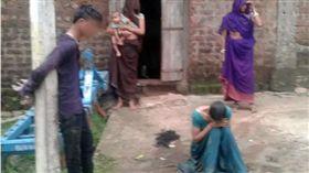剪髮、脫衣還灌尿!夫妻不顧反對結婚 家人竟拿槍虐待(圖/翻攝自NDTV)