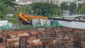 高雄市鳳山區富邦大無疆建案工地一台吊車發生意外(圖/翻攝畫面)