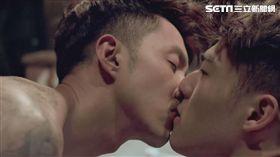 陳昊森(右)與張雁名在KKTV《美男魚澡堂》中有男男吻戲。(圖/KKTV提供)