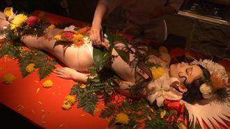 玩很大!日本首相吃裸女沙西米補身?