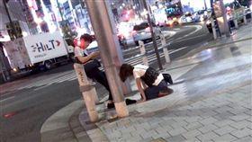 「原諒我!」短髮妹當街下跪道歉 男友冷淡玩手機惹眾怒(圖/翻攝自推特)