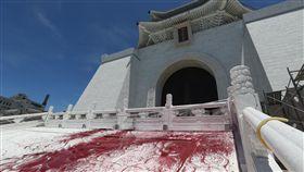 中正紀念堂遭潑漆(3)台北市中正紀念堂內的蔣公銅像20日遭人丟擲紅色顏料彩蛋,警方到場後逮捕李姓男子等2人。中正紀念堂外圍也遭潑漆染紅。中央社記者吳家昇攝  107年7月20日