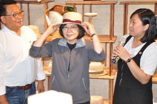 蔡總統訪宜蘭 鼓勵民眾購物促進經濟總統蔡英文(中)3日走訪宜蘭壯圍沙丘旅遊服務園區,並購買一頂草帽、一套茶酒杯,盼透過自身帶動,鼓勵民眾多多消費購物,促進經濟成長。中央社記者沈如峰攝 107年8月3日