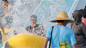 宜蘭飆39.9度 遊客戲水清涼一夏中央氣象局宜蘭土場觀測站30日下午一度測得攝氏39.9度高溫,全台各地晴朗炎熱,也吸引許多遊客前往宜蘭童玩節園區戲水消暑,清涼一夏。中央社記者沈如峰宜蘭縣攝 107年7月30日