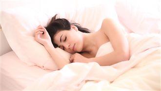 睡覺習慣側睡?睡這一邊引食道癌上身
