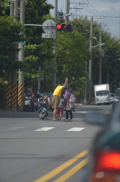 補路,民眾,熱心,妨礙交通,爆料公社 圖/翻攝自臉書爆料公社