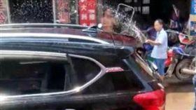 高温天2龄童被锁车内路人喷水降温 家长不愿意破窗(圖/翻攝議網易新聞)