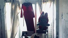 廢墟,紅洋裝,娃娃,度假山莊,探險(圖/翻攝自爆怨公社)