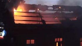 買新車放鞭炮慶祝 下秒房子被燒毀 圖翻攝自梨視頻