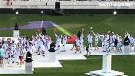 國旗飛揚巴黎同志運動會  法國隊挺台一起揮巴黎同志運動會揭幕,在開幕遊行中,台灣隊帶著國旗上場,法國隊中有人主動索取青天白日滿地紅旗在遊行時揮舞,以示支持。中央社記者曾依璇巴黎攝  107年8月5日