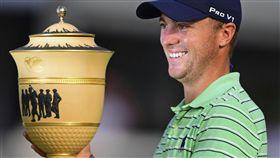 湯姆斯捧起WGC冠軍盃。(圖/美聯社/達志影像)