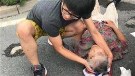 嬤摔倒「撞破頭」意識模糊 熱心男急救援:別睡著喔...(圖/翻攝自雪花新聞)