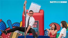 主持人陳建州挑戰鋼管舞。(圖/TVBS提供)